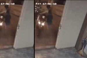 Clip: Trộm định dắt xe máy đi, bà chủ xinh đẹp 'song phi' một phát, 2 tên chạy mất dép