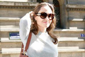 Angelina Jolie thân thiện, mua đồ chơi cho fan nhí ở Paris