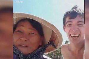 Clip: Người phụ nữ bán hàng rong và màn chào mời khiến khách Tây cười ngặt nghẽo