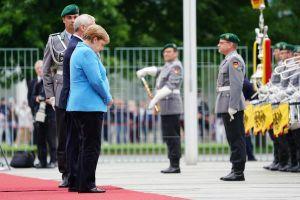 Thủ tướng Đức lần thứ ba run lẩy bẩy trong sự kiện tiếp đón Thủ tướng Phần Lan