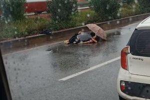 Người chồng ngồi ôm thi thể vợ khóc ngất trên cao tốc