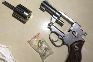 Thu 5 khẩu súng trong đường dây vận chuyển gần 20 kg ma túy