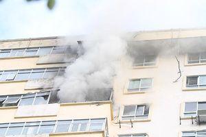 Hà Nội: Chung cư bất ngờ bốc cháy, huy động 4 xe cứu hỏa cấp tốc