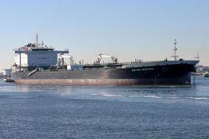 Iran chặn tàu chở dầu Heritage ở Eo biển Hormuz, buộc tàu khu trục Anh phải can thiệp