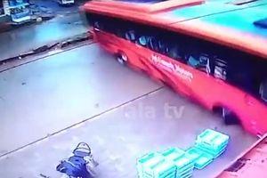 Xe buýt bỗng nhiên mất lái khiến hành khách 'thót tim'