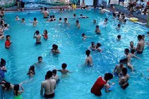 Bố đưa con gái vào nhà tắm nữ ở bể bơi: Bị coi là biến thái... cũng kệ