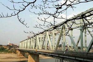 Sắp dừng lưu thông phương tiện qua cầu Yên Bái để sửa chữa mặt cầu