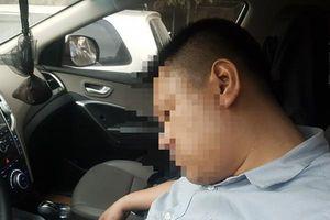 Hi hữu: Ngủ quên trong xe ô tô khi dừng đèn đỏ giữa ngã tư Tràng Tiền