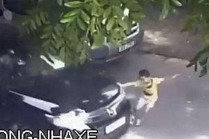 Hoảng hồn cảnh trẻ em chạy sang đường bị ôtô đâm