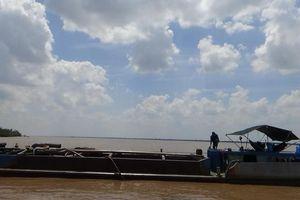 Bến Tre: Bắt quả tang tàu khai thác cát trái phép