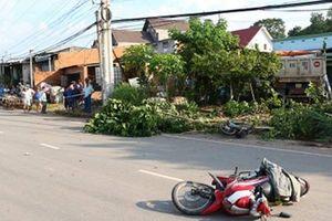 Xe ben cán chết người đi xe máy rồi tông sập mái hiên nhà dân