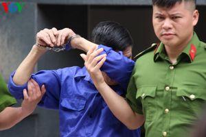 Hưng 'kính' liên tục che mặt khi đến tòa án Hà Nội
