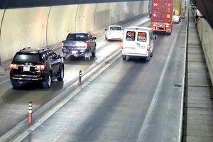 Bất chấp nguy hiểm, nhiều xe ôtô vượt ẩu trong hầm Hải Vân