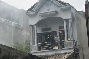 Hà Nam: Nhà dân bốc cháy dữ dội bên quốc lộ 1A