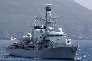Cận cảnh khinh hạm Anh giương súng rượt tàu chiến Iran