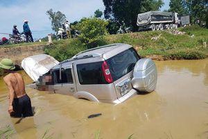 Xe ô tô 7 chỗ lao xuống cống nước, tài xế tử vong