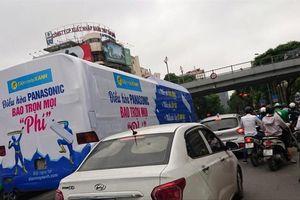 Dán quảng cáo kín xe, nguy cơ mất an toàn giao thông