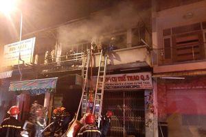 Giải cứu hai cụ già trong căn nhà cháy lớn ở trung tâm Sài Gòn