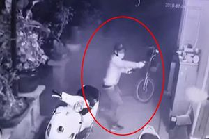 Cộng đồng mạng khâm phục người đàn ông đập tan băng cướp có súng bảo vệ con trai