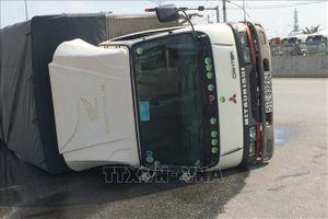 Xe tải bất ngờ lật nghiêng, gần 3.000 lít hóa chất bị rò rỉ