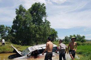 Ô tô 7 chỗ lao xuống hố, tài xế 60 tuổi tử vong, 5 người nhập viện