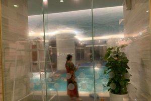 Bé gái 5 tuổi đuối nước may mắn thoát chết khi đi bơi ở khách sạn