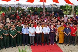 Nguyên Chủ tịch nước Trương Tấn Sang dâng hương các anh hùng liệt sĩ tại nghĩa trang Vị Xuyên (Hà Giang)
