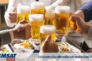 Nghi ngờ về độ tuổi của người mua rượu, bia thì người bán yêu cầu người mua xuất trình giấy tờ