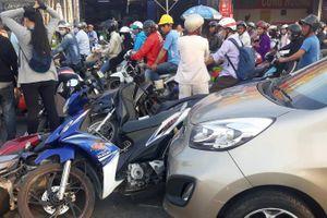 KIA Morning tông 6 xe máy dừng đèn đỏ, nhiều người bị thương