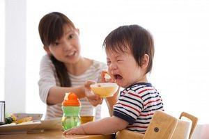 Nhồi nhét con ăn vì sợ thiếu chất, mẹ trẻ nhận cái kết đắng
