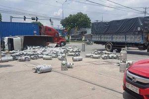 Người dân chạy tán loạn khi xe chở ga lật đổ giữa đường
