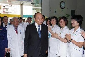 Thủ tướng Nguyễn Xuân Phúc tới thăm, chúc mừng kỷ niệm 50 năm Bệnh viện Nhi Trung ương
