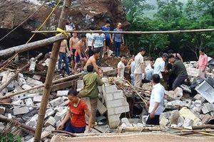 Tảng đá 'khủng' lở đè sập nhà dân, 3 người trọng thương