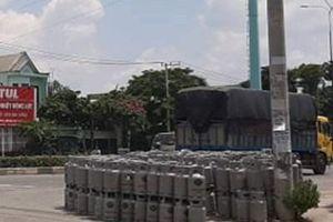 Xe tải chở đầy bình gas lật ngay trước một cây xăng lớn