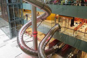 Sân bay Changi làm hẳn ống trượt cho hành khách ra thẳng cửa bay