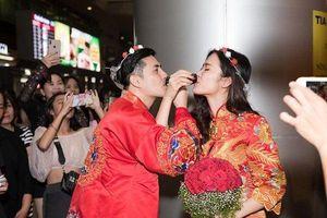 Đông Nhi và Ông Cao Thắng bất ngờ được fan tổ chức một lễ cưới nhỏ ngay tại sân bay