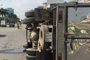 Xe tải lật nghiêng giữa đường, gần 3.000 lít hóa chất chảy xuống sông Đồng Nai