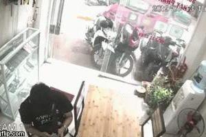 Ô tô mất lái lao vào cửa hàng bên đường, tông hàng loạt xe máy trước khi đâm vỡ cửa kính