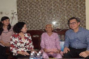 Đồng chí Trương Thị Mai tặng quà cho mẹ VNAH và con em gia đình chính sách tại Bạc Liêu