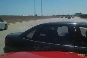 Hai ôtô 'so kè' nhau trên cao tốc và cái kết đắng cho sedan