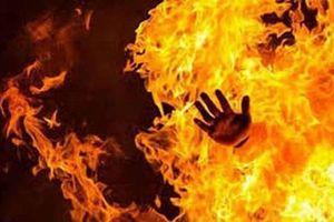 Xảy ra cự cãi, vợ lấy xăng đốt chồng trong đêm