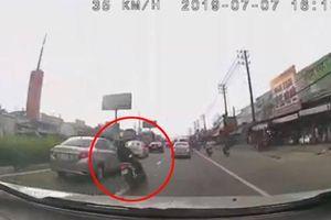 Phóng xe máy lạng lách trên đường nhiều ô tô, thanh niên nhận cái kết đắng