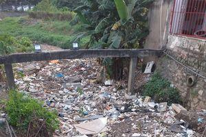 Bình Dương: Đoạn kênh tiêu thoát nước tràn ngập rác thải