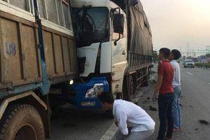 Dừng lại sửa xe, tài xế bị ô tô tải tông chết thảm