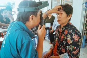 400 người cao tuổi Cần Thơ được khám mắt, cung cấp kính lão