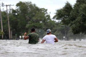 Siêu bão Barry đổ bộ vào Mỹ, đường phố biến thành sông