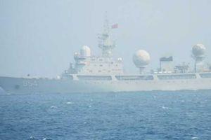 Cận cảnh do thám Trung Quốc xông vào giữa đội hình tàu chiến Mỹ