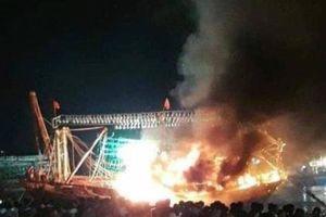 Tàu cá của ngư dân Nghệ An đang neo đậu bốc cháy trong đêm
