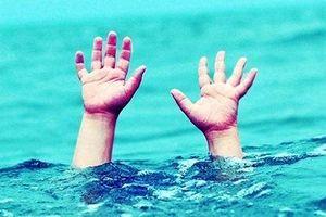 Bé trai đuối nước thương tâm ở bể bơi nhân tạo