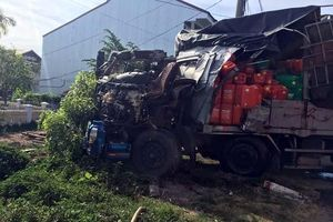 Tài xế may mắn thoát chết sau khi xe tải bị đâm nát đầu